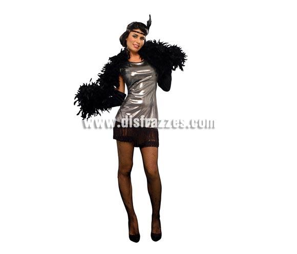 Disfraz barato de Charlestón plateado para mujer. Talla standar M-L = 38/42. Incluye vestido, guantes y tocado de la cabeza. Boa negra NO incluida, podrás verla en la sección de Complementos.