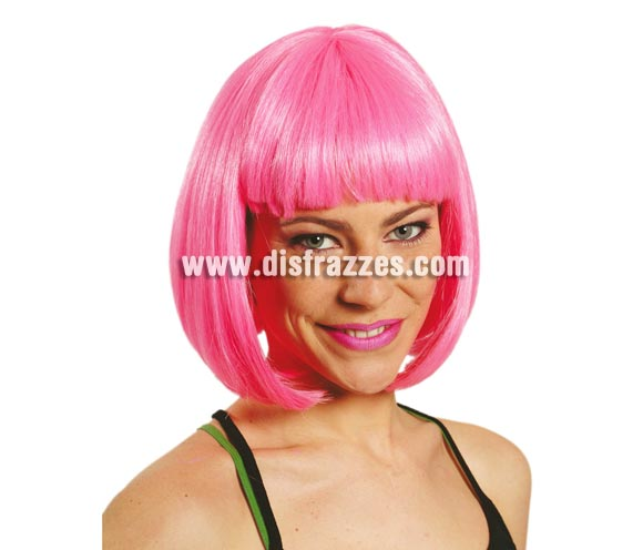Peluca media melena de color rosa con flequillo.