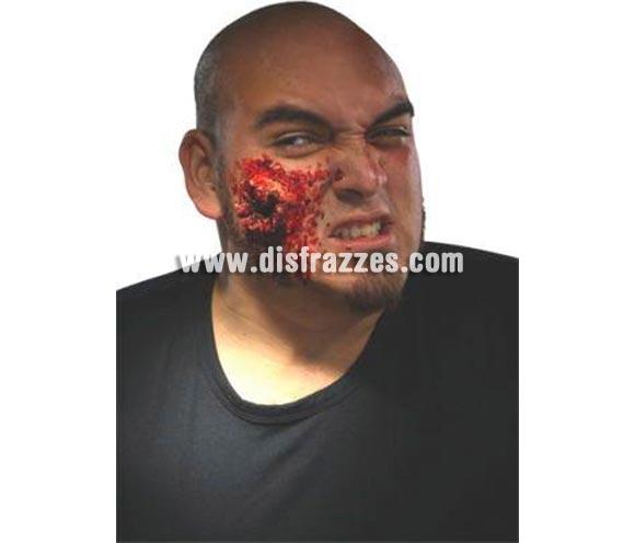 Kit heridas FX'S. Artículo de Maquillaje FX fabricado en látex ideal para caracterizarte. Kit con todo lo necesario para conseguir la real apariencia de un sanguinolento agujero de salida de bala. Pieza de látex, sangre, y adhesivo para colocarlo todo en su sitio. Increíble realismo 3D de carne destrozada.
