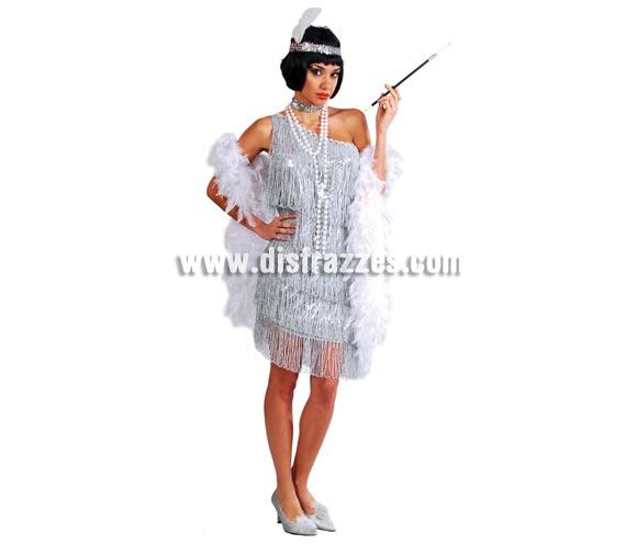 Disfraz de Charlestón plata para mujer. Talla válida hasta la 42/44. Precioso traje que incluye cinta de la cabeza, cinta del cuello y vestido con flecos solo por la parte de delante. Tejido de alta calidad con lentejuelas. Flecos solo por la parte delantera del vestido, la parte trasera del vestido es lisa. Collar, pipa y boa NO incluidos, podrás ver éstos artículos en la sección de Complementos.