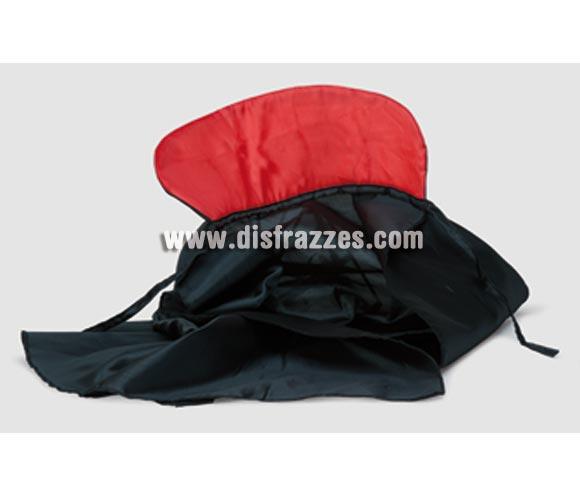 Capa de tela negra con cuello rojo pequeña 68 cm. perfecta para niños.