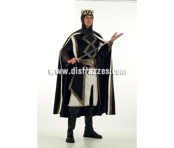 Disfraz de Rey de las Cruzadas Medieval Extralujo. Alta calidad en telas y acabados. Fabricado en España. Disponible en varias tallas. Incluye camisa, pantalón, capa, cinturón, puños, cubrebotas, casaca y capucha. Corona NO incluida, podrás verla en la sección Complementos.