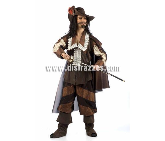 Disfraz de Mosquetero D'Artagnan Extralujo. Alta calidad en telas y acabados. Fabricado en España. Disponible en varias tallas. Incluye pantalón, capa, gorro, cubrebotas y chaqueta. Espada NO incluida. Peluca y perilla NO incluidas, podrás verlas en la sección Pelucas.