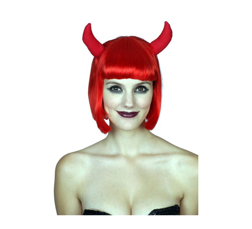 Peluca de Demonio roja con cuernos para Halloween o para para Despedidas de Soltera. Talla estándar.