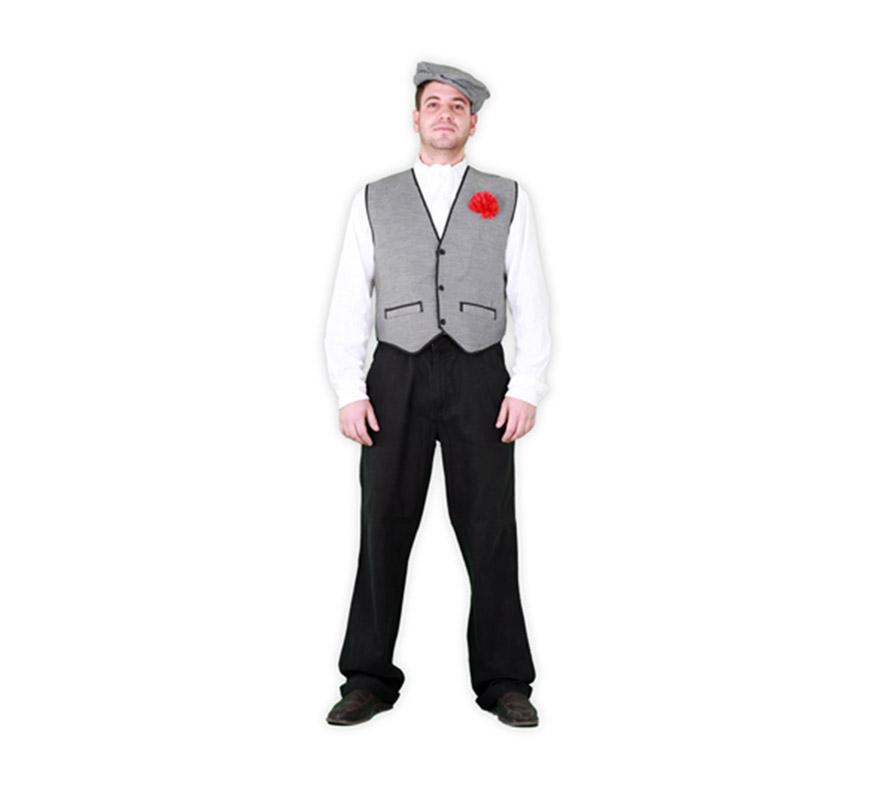 Disfraz de Madrileño para hombre. Talla standar M-L = 52/54. Incluye gorra, pañuelo y chaleco con clavel. Éste traje es muy barato y está muy bien para disfrazarse de Chulapo en Carnaval, en San Isidro o en cualquier Fiesta. La pareja de éste disfraz es la ref. 08272BT, que es el disfraz de Madrileña.