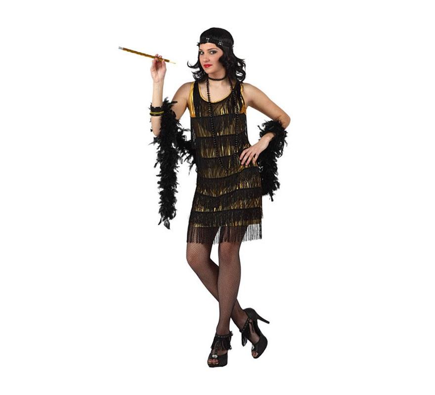 Disfraz de Charlestón dorado para mujeres. Talla Standar M-L 38/42. Incluye vestido con flecos solo por delante y cinta de la cabeza. Resto de accesorios NO incluidos, podrás verlos en la sección de Complementos.