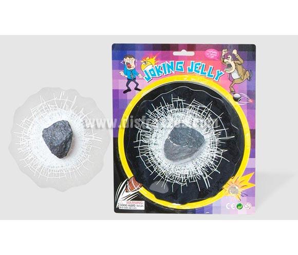 Piedra rompecristales. Es una pegatina que hace el efecto de una piedra clavada en un cristal.