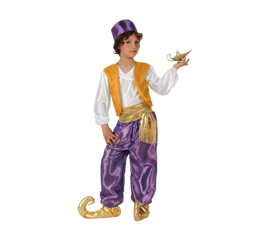 Disfraz de Árabe lila para niños de 5 a 6 años. Incluye camisa con chaleco, pantalón, fajín, babuchas y gorrito. Lámpara mágica NO incluida, podrás verla en la sección de Complementos. Éste disfraz también valdría como Paje Real de los Reyes Magos para Navidad.