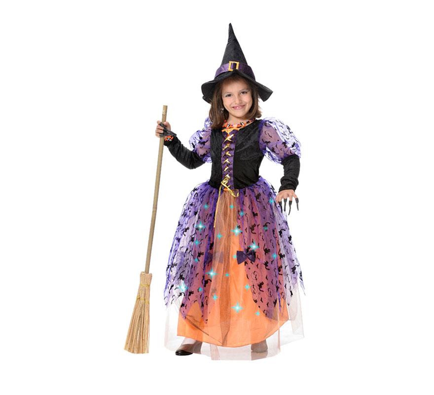 Disfraz de Bruja para niñas con luces fibra óptica en el vestido. Disponible en varias tallas. Incluye vestido y sombrero. Escoba NO incluida, podrás verla en la sección de Complementos. Pilas NO incluidas. Da poca talla.