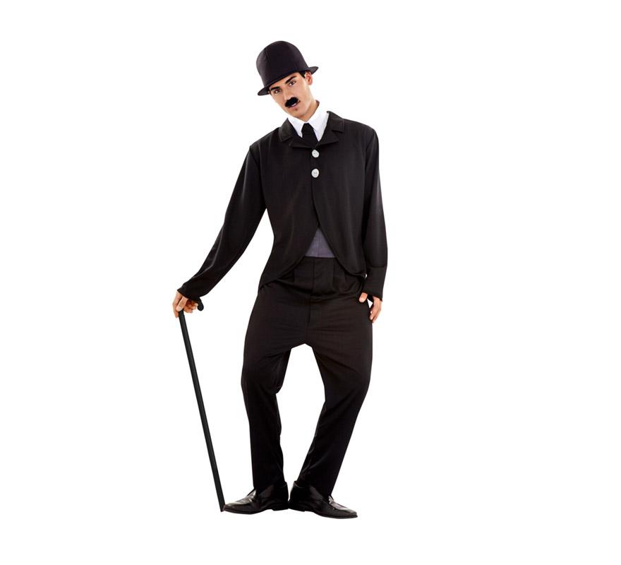 Disfraz de Charlie Chaplin para hombre. Talla Standar M-L 52/54. Incluye gorro, chaqueta, camisa, corbata y pantalón. Bastón NO incluido, podrás verlo en la sección de Complementos.