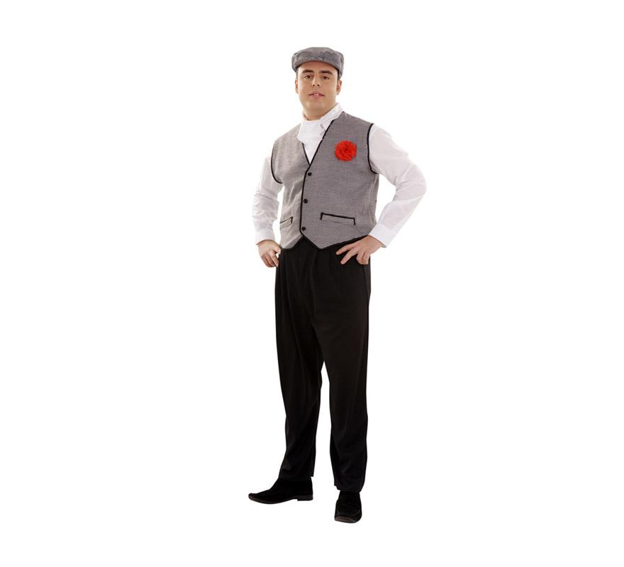 Disfraz de Madrileño para hombre. Talla 60. Incluye gorra, pañuelo y chaleco con clavel. Éste traje es muy barato y está muy bien para disfrazarse de Chulapo en Carnaval, en San Isidro o en cualquier Fiesta. La pareja de éste disfraz es la ref. 08272BT, que es el disfraz de Madrileña.