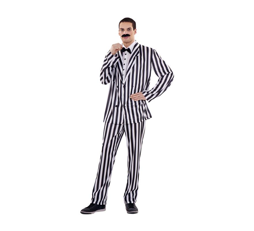 Disfraz de Señor Difunto para hombre. Talla M-L 52/54. Incluye pechera con pajarita, chaqueta y pantalón. Bigote NO incluido, podrás verlo en la sección de Complementos. Ideal para disfrazarte de Gomez, el padre de la Familia Addams.