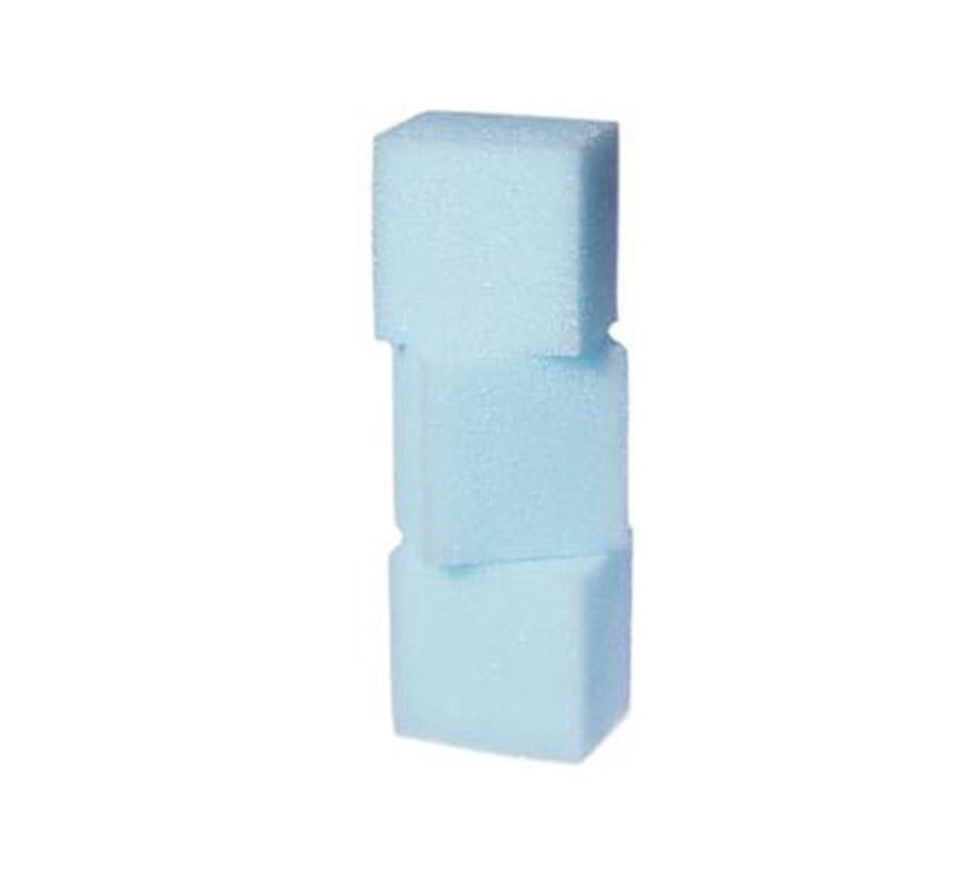 Esponjas para maquillaje (Make-up Sponges). Blister de 3 esponjas 40x40x30 mm. Se utilizan para aplicar todo tipo de maquillaje.  Por razones de higiene no se recomienda que use la misma esponja en más de una persona. Las esponjas para maquillaje son desechables y se espera que se tiren una vez que hayan sido utilizadas. Las esponjas usadas y húmedas son un lugar perfecto para el desarrollo de bacterias y hongos. Si usted decide, por razones económicas, utilizar la misma esponja más de una vez enjuáguelas a mano y póngalas a lavar en la lavadora a una temperatura mínima de 60°C. Utilice una bolsa especial para lavar o bien una funda que proteja tanto a las esponjas para maquillaje como a la lavadora.