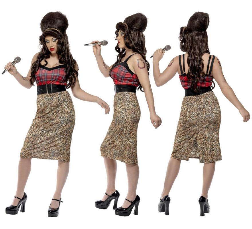 Disfraz de Amy Winehouse para mujer talla S. Incluye vestido, cinturón y flor con goma para la cabeza. Medias, zapatos, micrófono y peluca NO incluidos. El micrófono y la peluca la podrás ver en la sección de Complementos.