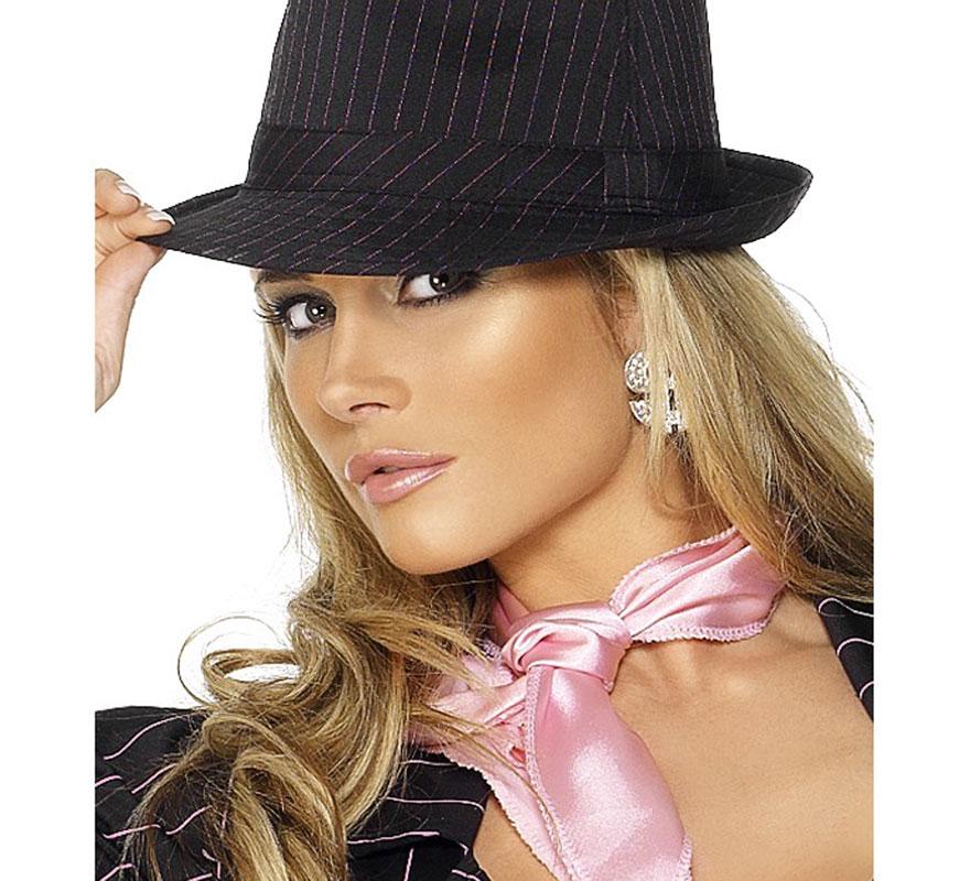 Sombrero Trilby de Gánster Negro Deluxe con rayas Blancas. Elegante sombrero que queda muy bien tanto para disfraces de hombre como para los de Mujer. Alta Calidad. Perfecto para combinar con nuestros disfraces de Gangster o mafiosos.