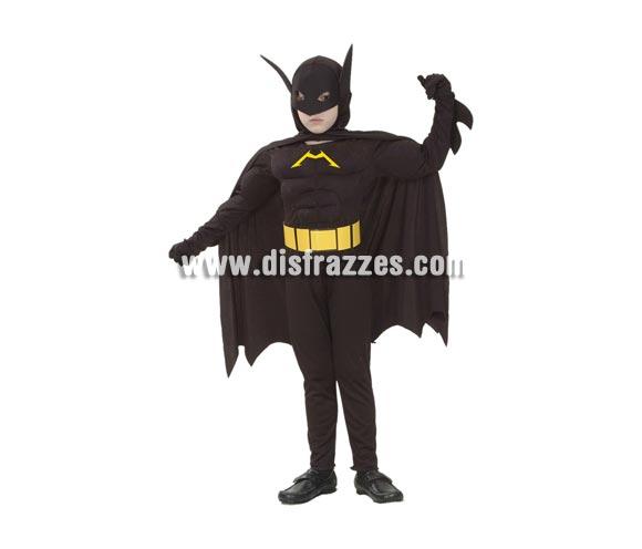 Disfraz de Murciélago Musculoso Económico talla de 5 a 6 años. Incluye mono con relleno imitando músculos, cinturón, antifaz con capucha y capa. Para jugar a ser Batman.