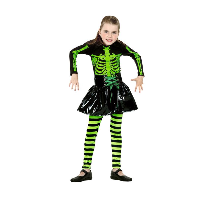 Disfraz de Eskeleton verde de niña barato para Halloween. Talla de 4 a 6 años. Incluye camisa, pantalón y falda. Disfraz de Esqueleto para niña. Éste disfraz de Halloween es ideal para celebrar la Fiesta de la Noche de las Brujas cada vez más arraigada en nuestro País en Pub's, Discotecas, Casas particulares,  Restaurantes o Colegios y ayudar a crear un ambiente terrorífico y tenebroso indispensable para la Noche de Halloween la cual se celebra la víspera de Todos los Santos. ¡¡Compra tu disfraz para Halloween en nuestra tienda de disfraces, será divertido!!