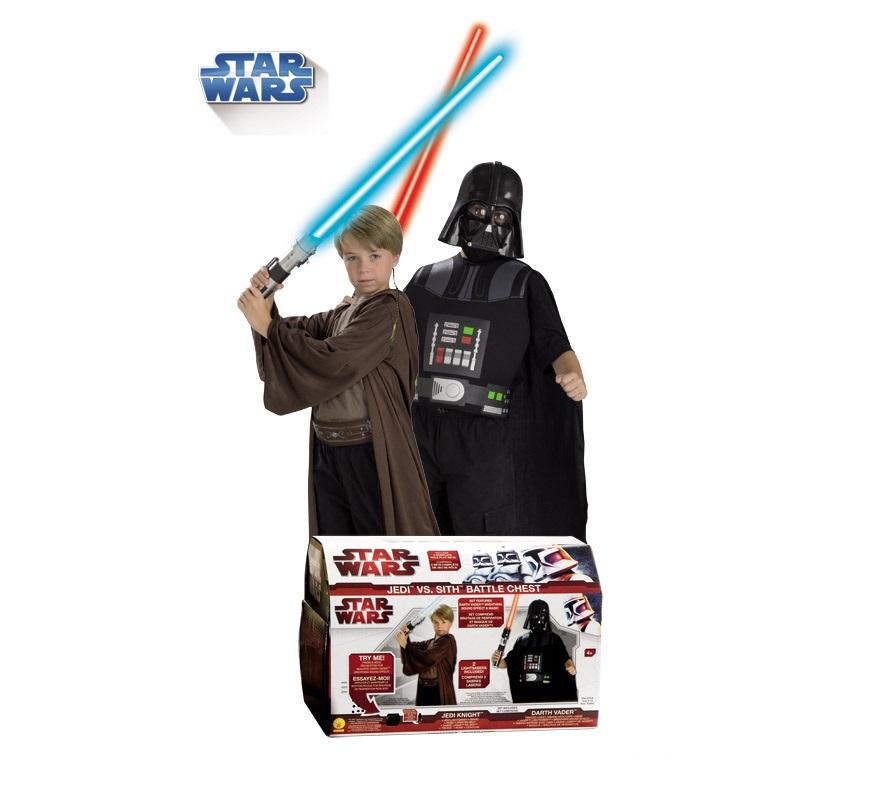 Cofre Star Wars.  Talla única que sirve para niños de 4 a 6 años. Incluye: Artículos de Darth Vader: pechera, máscara, capa, respiración y espada con luz.  Artículos de Jedi Knight: túnica, cinturón y espada con luz. Con licencia Star Wars ideal para regalar en cualquier fecha del año.