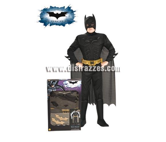 Disfraz Batman TDK musculoso para niños 8 a 10 años. Incluye jumpsuit con pecho musculoso, capa, máscara, cinturón y 2 batarangs. Disfraz con licencia ideal para regalar en Papa Noel y Reyes Magos.