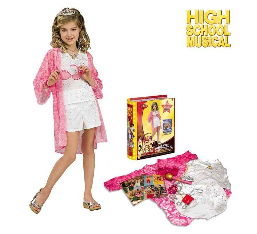 Yearbook HSM 2 Sharpay. Talla de 7 a 8 años. Incluye blusón playero, top blanco, pantalones cortos blancos, gargantilla, micrófono, brazaletes, tiara, pendientes, gafas de sol, 8 fotos y caja anuario. Disfraz de High School Musical con licencia ideal como regalo.