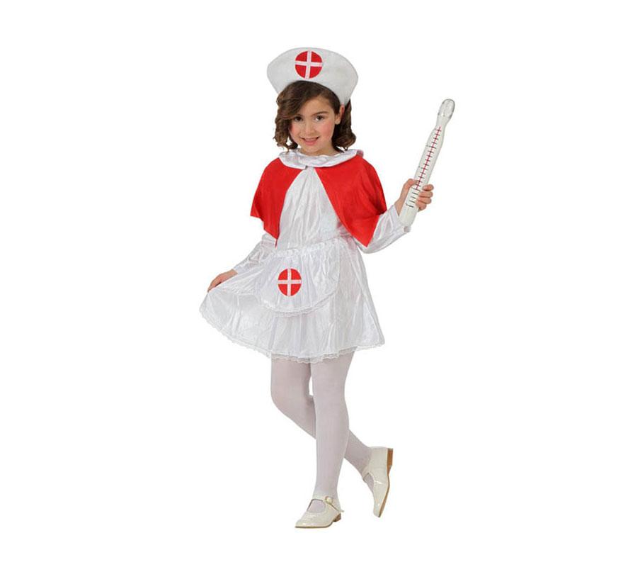 Disfraz de Enfermera para niñas de 3 a 4 años. Incluye vestido, delantal, capa y cofia. Termometro no incluido, podrás encontrarlos en la seccion de Complementos. Precioso disfraz que tanto gusta a las niñas.