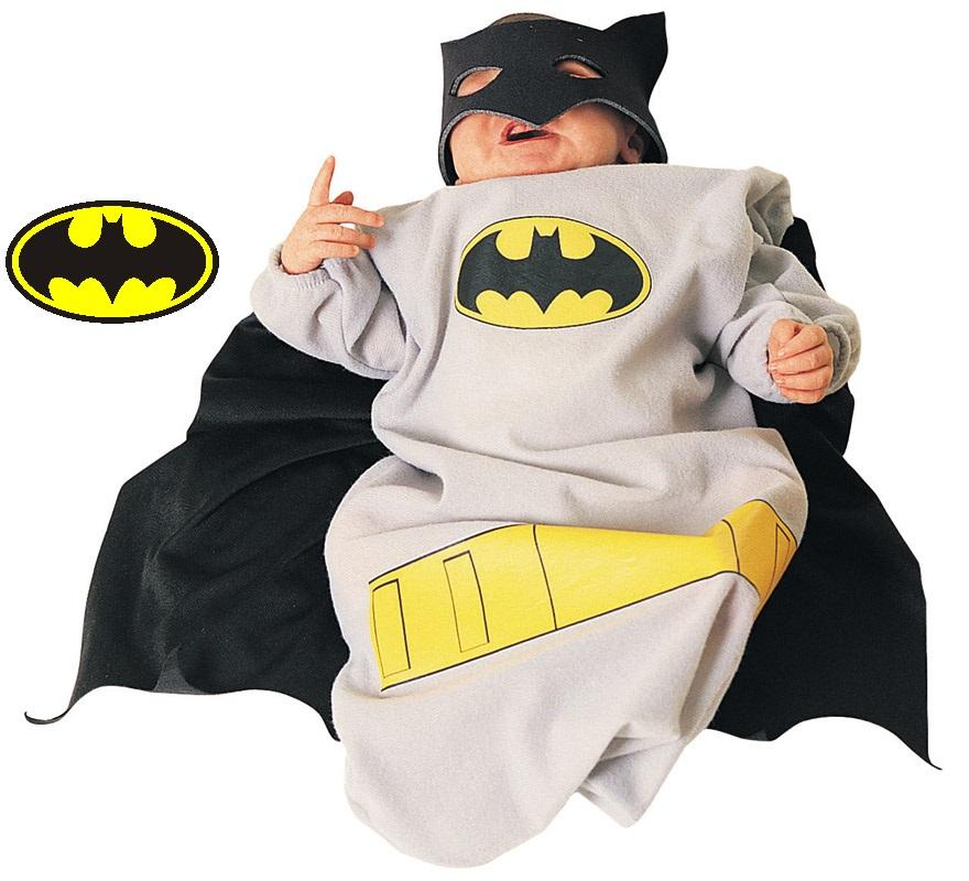 Disfraz de bebé Batman. Talla de 6 a 9 meses. Incluye bolsa portabebé con capa y cierre de tela en la parte inferior. Disfraz con licencia ideal para regalar o para pedir como regalo, sobre todo en Navidad y Reyes.