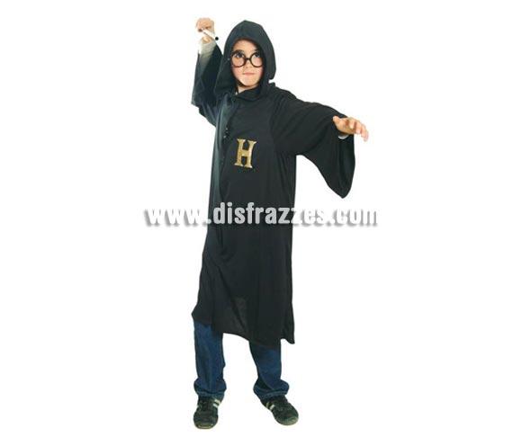 Disfraz de Estudiante de Mago infantil. Talla de 7 a 9 años. Incluye túnica con capucha. Gafas y varita NO incluidas, podrás verlas en la sección Complementos. Para jugar a ser Harry Potter.