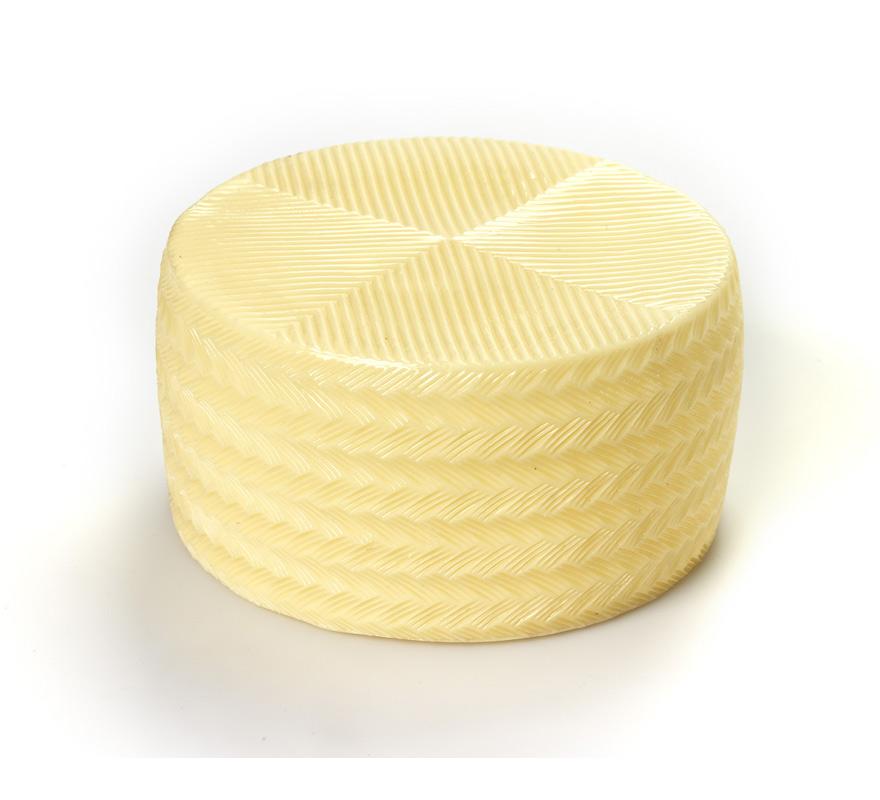 Queso Manchego tierno de plástico. Perfecto para disfraces de Fiesta Española y para gastar alguna broma a algún conocido. El precio sólo incluye el queso tierno de plástico. Tamaño Real como un queso Manchego de verdad.
