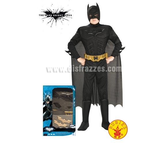 Disfraz Batman TDK musculoso con accesorios para niños de 8 a 10 años. Incluye jumpsuit con pecho musculoso, capa, máscara, cinturón y 2 batarangs. Disfraz con licencia ideal para regalar en Papa Noel y Reyes Magos.
