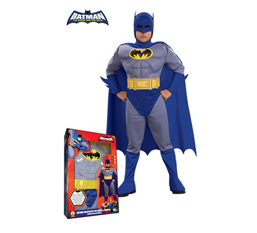 Disfraz Batman Musculoso The Brave and The Bold para niños de 5 a 7 años. Incluye jumpsuit con pecho musculoso, cubrebotas, cinturón, máscara y capa. Presentación en caja. Disfraz con licencia ideal para regalar en Navidad.
