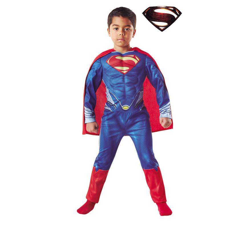 Disfraz de Superman Musculoso de E.V.A para niños de 7 a 8 años. Incluye jumpsuit o mono impreso con pecho musculoso y capa. Genuino y original disfraz de Superman con licencia de la última película de éste mítico superhéroe