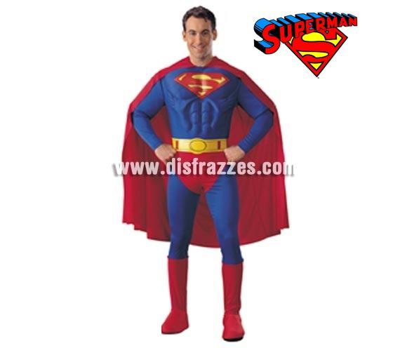 Disfraz de Superman pecho musculoso para hombre de Licencia. Talla standar de hombre. Contiene jumpsuit o mono con pecho musculoso, cubrebotas, cinturón y capa. Harás muy buena pareja con Supergirl ref: 888441.