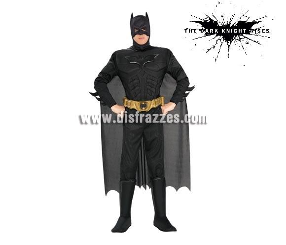 Disfraz de Batman musculoso adulto TDK para Carnaval. Talla estándar. Incluye traje completo con pecho musculoso, cubrebotas, capa, cinturón y antifaz. Disfraz con licencia perfecto como regalo.