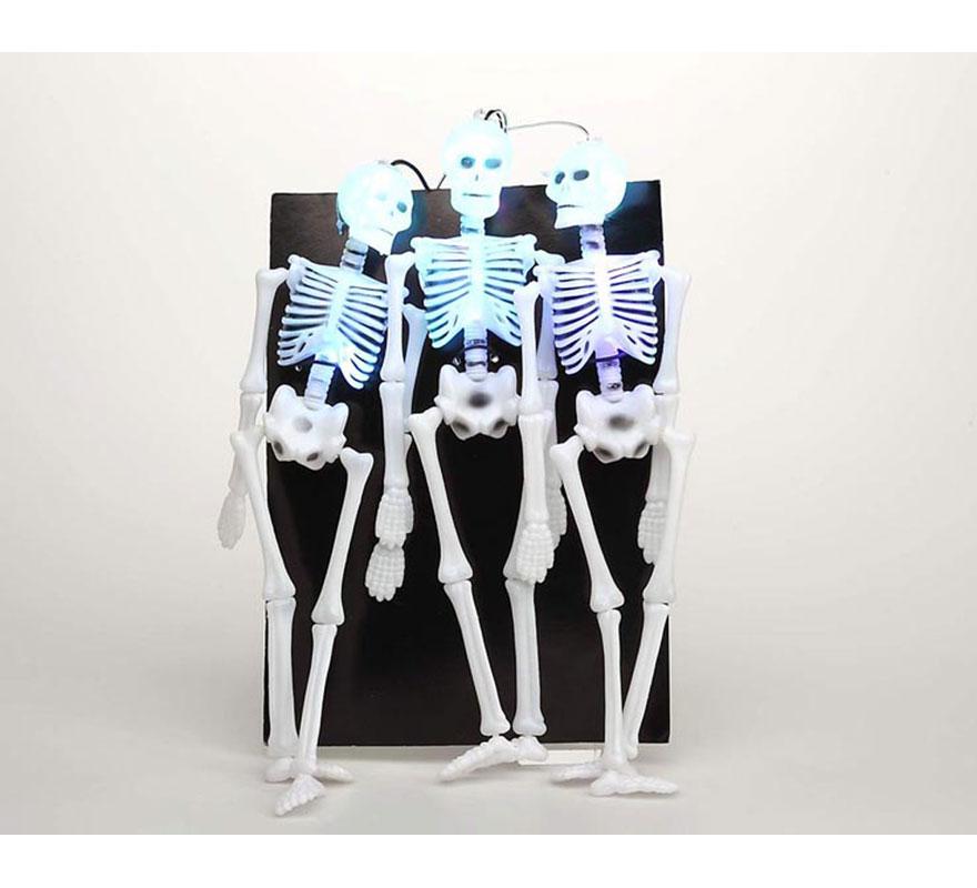 Colgante luminoso de 3 esqueletos de 54 x 23 cm. ideal para decoración de Halloween.