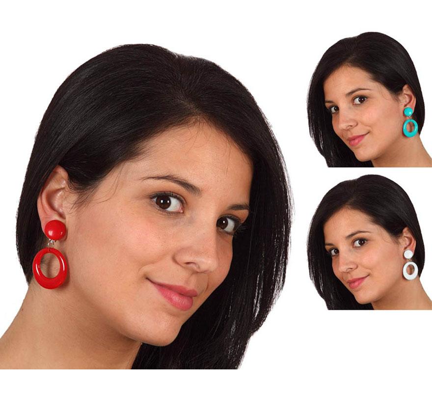 Par de Pendientes de Sevillanas de 5,5 cm. Disponible en 3 colores surtidos. Precio por un par, se venden por separado. El complemento ideal para los disfraces de Sevillana, Flamenca, Cordobesa, Gitana, etc.