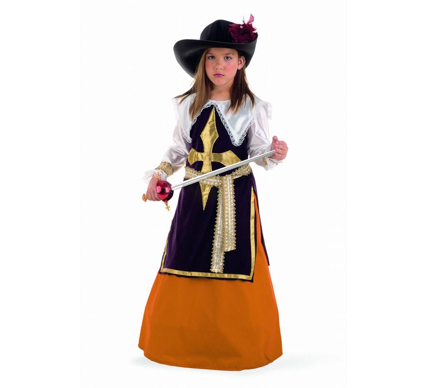 Disfraz de Mosquetera Constanza infantil Deluxe. Hecho en España. Disponible en varias tallas. Incluye falda, cinturón, sombrero con pluma y casaca.