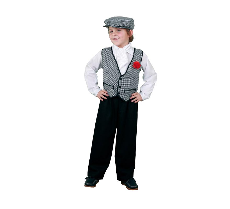Disfraz de Madrileño para niños de 3 a 4 años. Incluye pantalón, camisa, chaleco con clavel, pañuelo del cuello y gorra. Un disfraz de Chulapo perfecto para San Isidro.