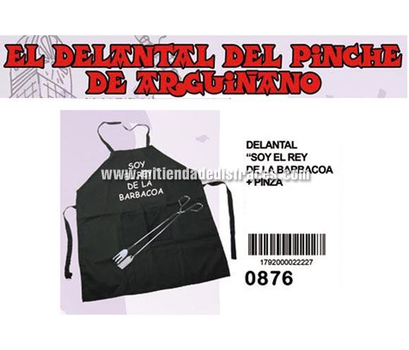 El delantal del pinche de Argiñano. Jajaja! Texto: SOY EL REY DE LA BARBACOA. Incluye unas pinzas de cocina.