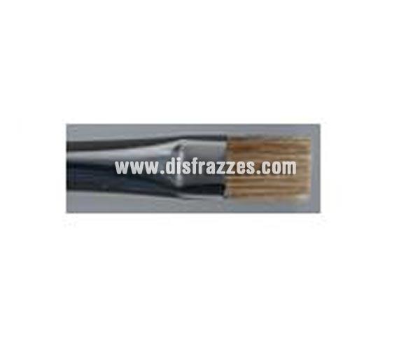 Pincel con pelo de buey, (runderpenseel), 10 mm. Los pinceles de pelo de buey son apropiados para pintar la cara con el Water Make-up (maquillaje al agua). Los pinceles de pelo de buey son planos con la punta plana. Los pelos de los pinceles R2 y R4 pueden cortarse en ángulo para poder hacer un trabajo más fino (por ejemplo para darle forma a las cejas, o para dar un efecto camuflaje). Aplicación El pelo de buey requiere más control, por lo tanto ejerza tensión con cuidado cuando trabaje con este tipo de pinceles. Limpieza del producto Los pinceles de pelo de buey se pueden limpiar con champú, jabón o agua. Después de lavar, moldee con la mano los pelos mojados en la forma correcta y deje el pincel encima de una toalla seca.  No deje el pincel en forma vertical mientras se está secando, porque el agua restante la va a absorber el mango del pincel. Tampoco deje los pinceles remojados en agua por periodos largos de tiempo, porque se dañan los pelos del pincel.