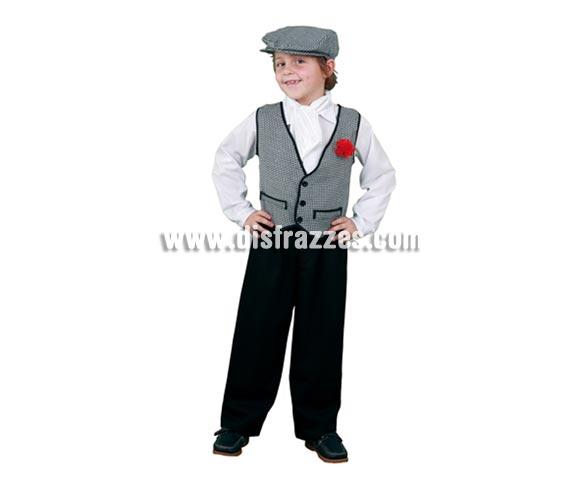 Disfraz barato de Madrileño o Chulapo infantil para Carnaval. Talla de 5 a 6 años. Incluye pantalón, camisa, chaleco con clavel, pañuelo del cuello y gorra. Éste disfraz de niño es ideal para la Feria de San Isidro de Madrid.