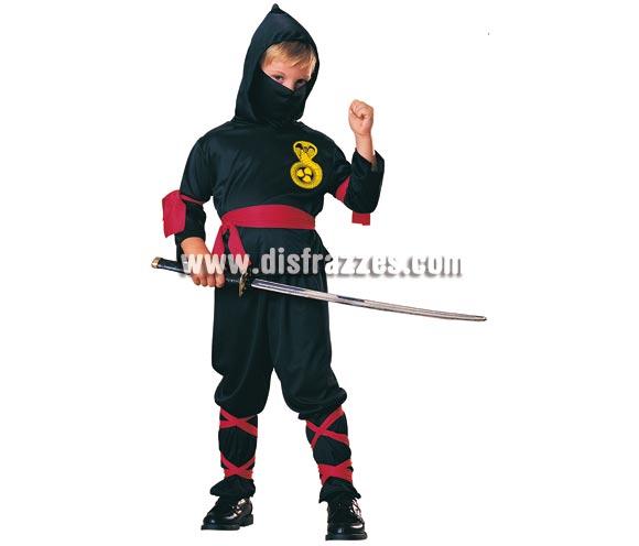 Disfraz de Ninja Negro para niños de 8 a 10 años. Incluye pantalones, camisa con capucha, pañuelo, cinturón y bandas para las piernas y brazos. NO incluye la espada ver en sección complementos. Disfraz que gusta mucho a los niños es ideal para jugar y con e´l puden imitar al famoso Águila Roja o para disfrazarse en cualquier fiesta o carnaval.