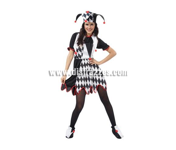 Disfraz barato de Bufón para mujer. Talla standar M-L = 38/42. Incluye vestido y sombrero. Éste traje que también puede decirse que es un disfraz de Arlequín para chicas, es muy bonito y queda genial con un buen maquillaje. La pareja es la ref. 08064BT.