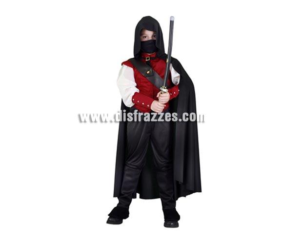 Disfraz barato de Halcón Rojo para niños de 10 a 12 años. Incluye camisa, pantalones, cubrebotas, capa con capucha, máscara y bandolera. Espada NO incluida, la verás en Complementos. Ni el mismo Águila Roja impone tanto como éste niño.