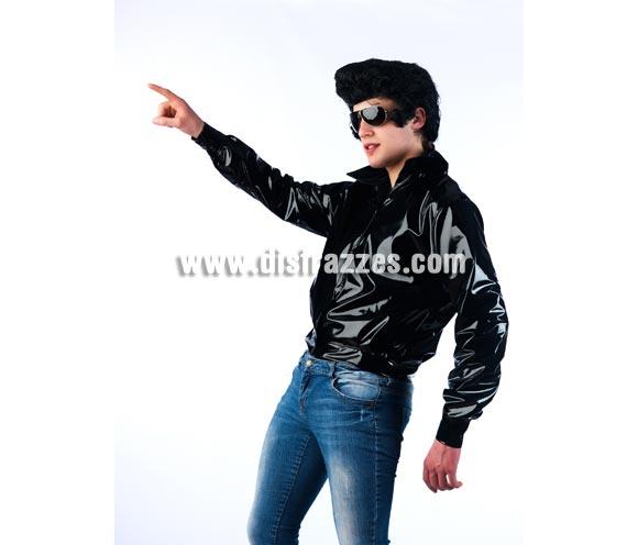 Chaqueta de Rockero para hombre. Disponible en 2 tallas. Incluye sólo la chaqueta. Gafas NO incluidas. La peluca es la ref. 2014-MAR que podrás ver en nuestra web. Con éste disfraz parecerás John Travolta en la Película de Grease cuando interpretó a Danny, lider los T-Birds. También tenemos la chaqueta de las Pink Ladies con la ref. 0303CON por si quieres ir en pareja.