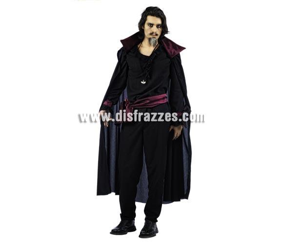 Disfraz de Vampiro Gótico Deluxe para hombre. Alta calidad, hecho en España. Disponible en varias tallas. Incluye camisa, pantalón y capa. Colgantes NO incluidos, podrás encontrar en nuestra sección de Complementos. Éste disfraz hace pareja con la ref. MA134LI.