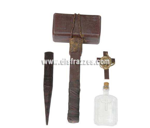 Conjunto Exorcista compuesto por estaca, martillo, cruz y botella de agua bendita.