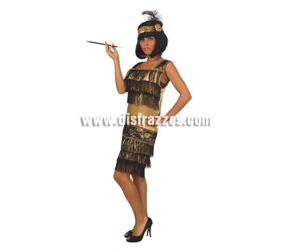 Disfraz de Charlestón oro adulta para Carnavales. Talla única 38/40. Incluye vestido y cinta cabeza con pluma. Boquilla cigarro NO incluida, podrás verla en la sección Complementos.