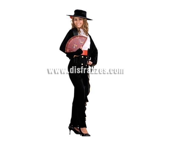 Disfraz de Cordobesa para mujer. Talla standar M-L = 38/42. Incluye sombrero con flor, camisa, pecherín, chaqueta, fajín y falda ajustable. En la imagen, parece un pantalón, pero si te fijas bien verás que es una falda estrechita.