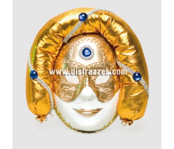 Máscara Veneciana turbante dorada. Talla Universal. Máscara Veneciana ideal para disfrazarse en Carnaval incluso en Halloween y dar el golpe con una máscara de Venecia de precio barato. Con ésta máscara Veneciana no te reconocerán y podrás sentir que todos te miran ya que es una máscara que llama la atención.
