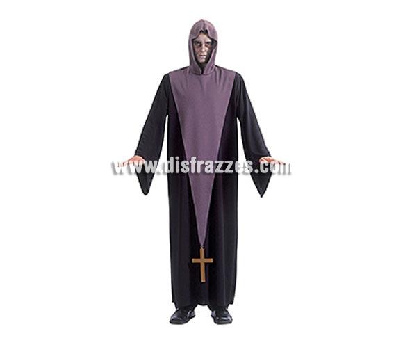 Disfraz de El Exorcista adulto para Halloween. Talla estándar. Incluye túnica larga negra, tabardo y capucha violeta con crucifijo. LOS INTÉRPRETES DEL PÁNICO CON ESTILO.